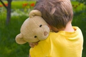 yalnız çocuk oyuncak ayı