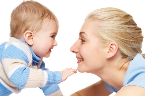 gülen bebek anne
