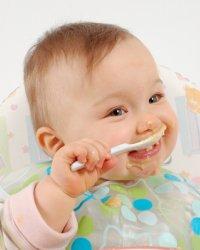 kaşıkla yiyen bebek montessori