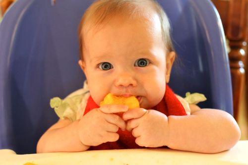kendi yiyen bebek